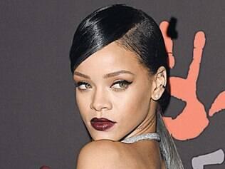 Rihanna, sempre ousada também no make, investiu em um batom escuro, no tom marsala, e uma pele bem iluminada