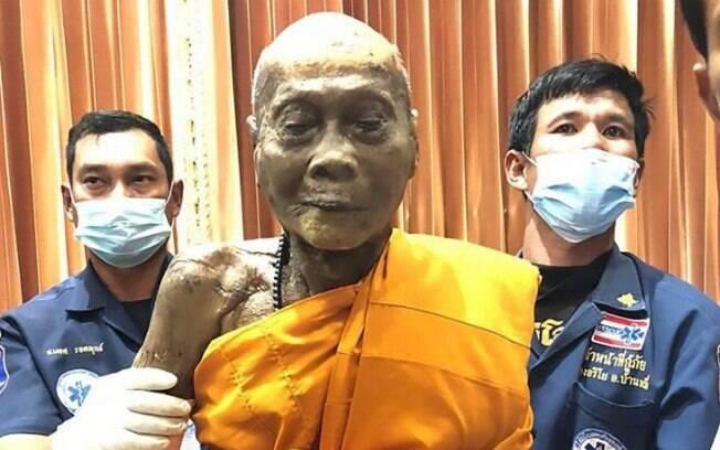 Ao desenterrarem o cadáver do monge, seguidores  ficaram surpresos com o fato de não demonstrar sinais de decomposição