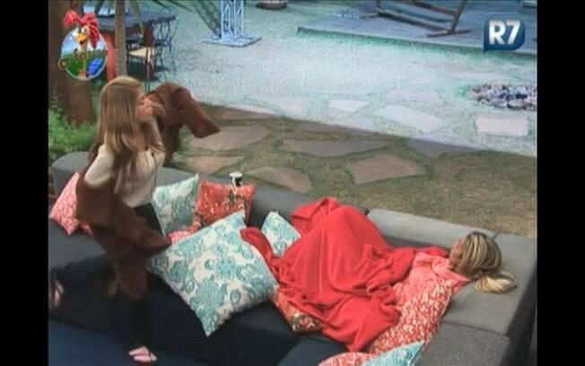 Peoa bate-papo com a amiga Valesca, na varanda