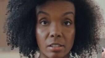 """Thelma é alvo de racismo em live e denuncia: """"Não vamos nos calar"""""""