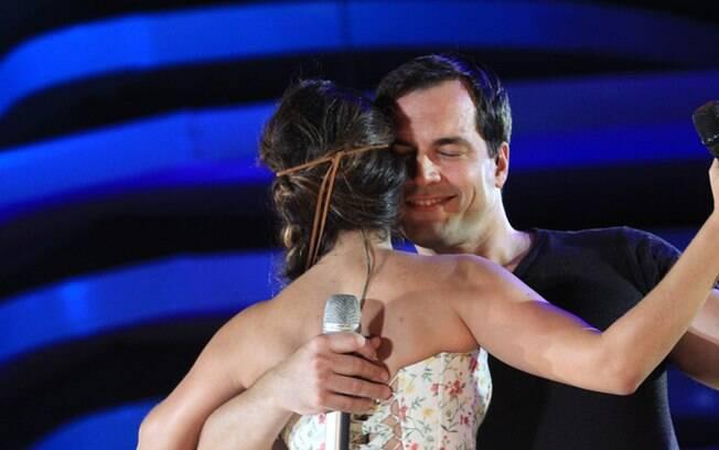 Daniel Boaventura e Paula Fernandes dançam juntinho, enquanto a plateia torce: