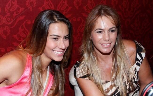 Débora Rodrigues e a filha, Jacqueline, posaram para as fotos e atenderam os fãs que estavam na Bienal