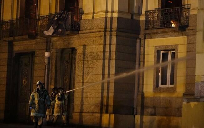 Cedae informou que carros-pipa e hidrantes foram abastecidos para combater incêndio no  Museu Nacional do Rio