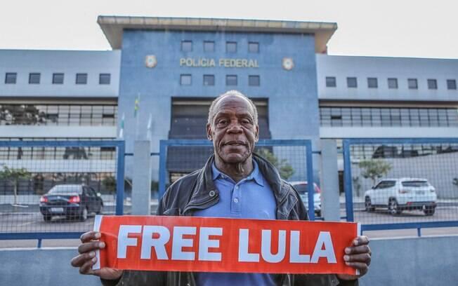 Ator Danny Glover esteve na sede da superintendência da Polícia Federal em Curitiba para visitar Lula