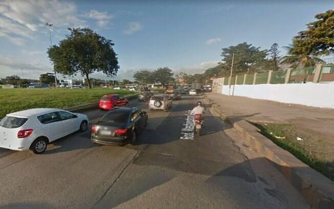 Carros na Avenida Brasil, onde turista suíço foi baleado
