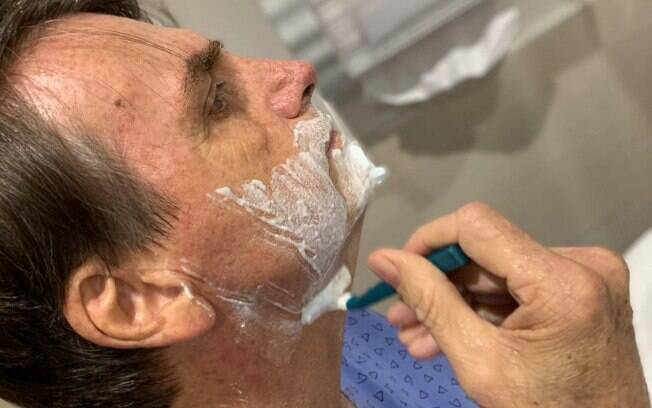 Presidente Jair Bolsonaro postou foto fazendo a barba no hospital