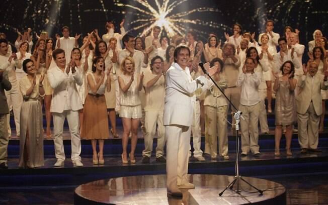 Ao final da campanha 2011, Roberto Carlos aplaude o elenco e é aplaudido
