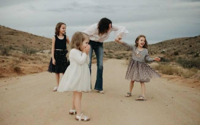 Kennedy (de cinza) junto com sua mãe e irmãs; ela adora posar para fotos