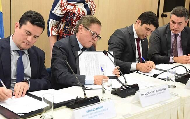 Ricardo Vélez Rodríguez e Sérgio Moro assinam acordo para investigar indícios de corrupção no MEC