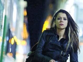 Várias. Tatiana Maslany vai se desdobrar em várias personagens até o final da segunda temporada