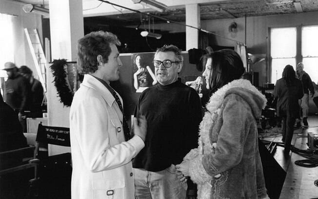 O cineasta Milos Forman orientando Woody Harrelson e Courtney Love no set de
