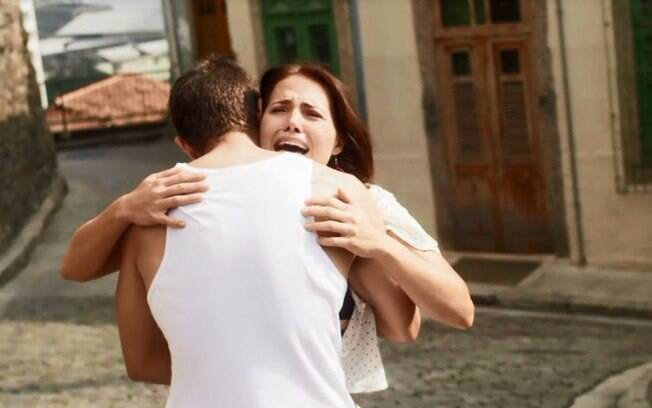 Rosa (Leticia Colin) é socorrida por Ícaro (Chay Suede), que se solidariza com a situação e decide levá-la para o casarão