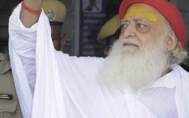 Guru indiano Asaram Bapu foi condenado à prisão perpétua nesta quarta-feira por estupro a adolescente de 16 anos