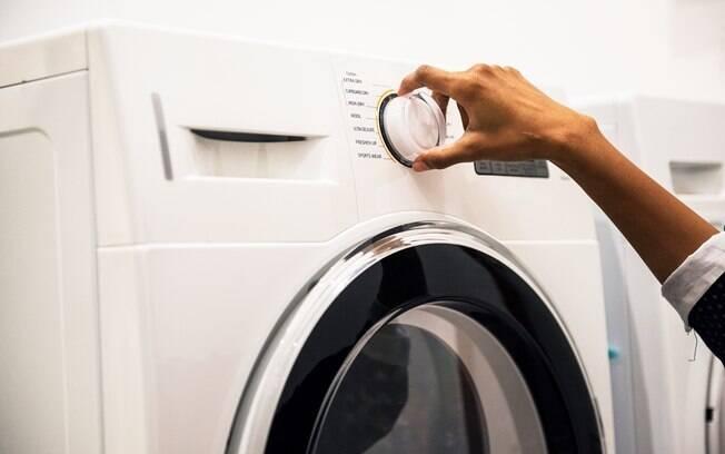 Especialistas ensinam a como lavar roupa branca e dão dicas para deixá-la mais clara e remover manchas amarelas; veja