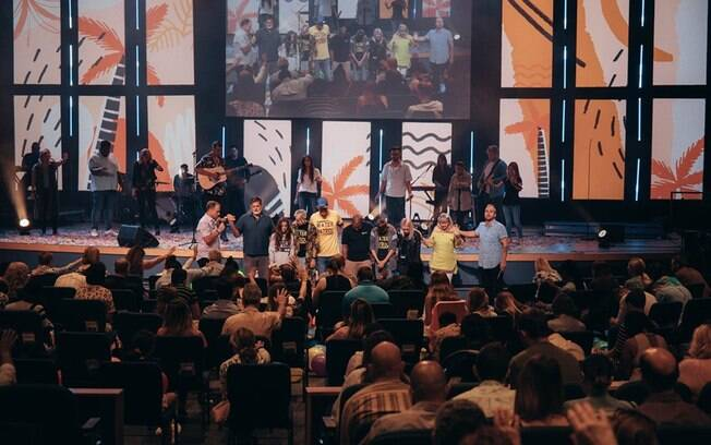 Com linha parecida com a igreja Bola de Neve, Wave Church também conta com músicos brasileiros