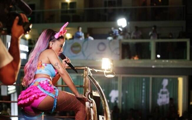 Anitta comanda trio Bloco das Poderosas no carnaval de Salvador