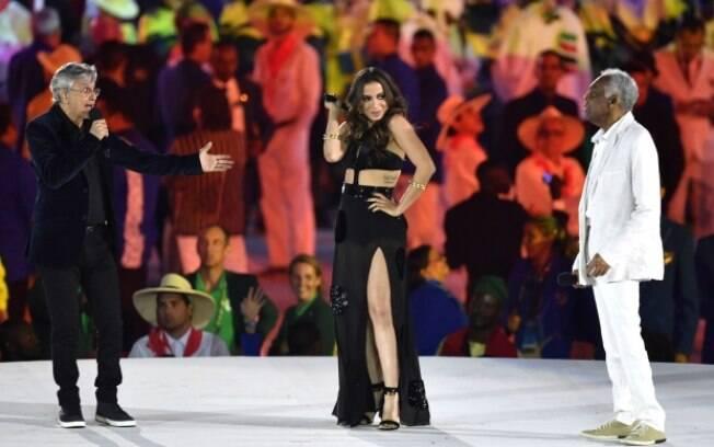 Anitta entre os cantores Caetano Veloso e Gilberto Gil
