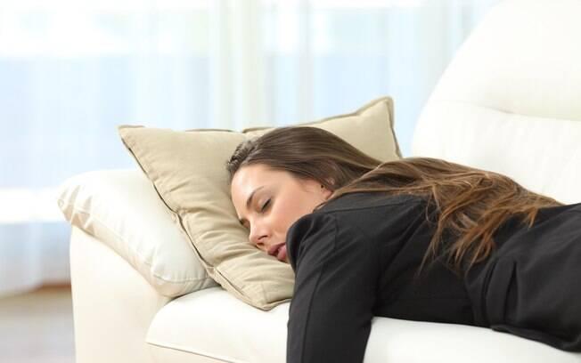 Ignorar o despertador e voltar a dormir colabora para cansaço durante o resto do dia