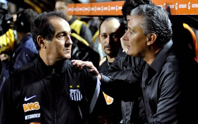 Tite cumprimenta Muricy Ramalho antes do jogo  que determinou a classificação do Corinthians à  final da Libertadores pela primeira vez na sua  história.