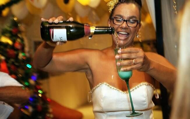 Solange Couto se divertiu e brindou 2014 com champanhe