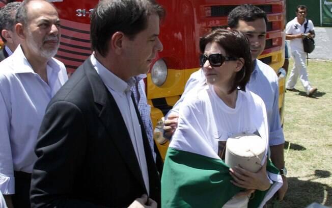 Cid Gomes, governador do Ceará, e Malga Di Paula, viúva do humorista, com a urna nas mãos