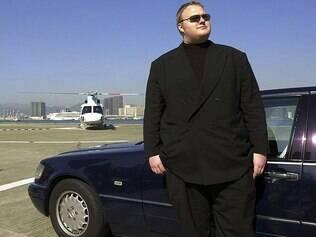 Kim DotCom, do Megaupload, está preso e enfrenta acusações de pirataria online e lavagem de dinheiro