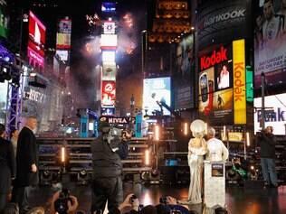 Lady Gaga e Michael Bloomberg observam a contagem para o novo ano na Times Square