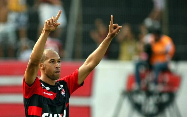 Dinei ajudou o Vitória a bater o São Paulo  por 3 a 2 no Barradão