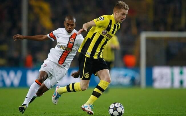 Marco Reus é perseguido pelo brasileiro  Fernandinho na partida entre Borussia Dortmund e  Shakhtar Donetsk