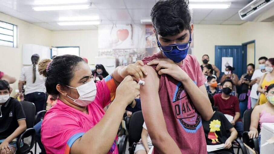 Covid: Ministério da Saúde define prioridades para a vacinação de adolescentes
