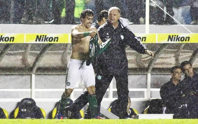 Felipão comemora com Valdivia: treinador  chega à sua 1ª final em sua 2ª passagem pelo  Palmeiras