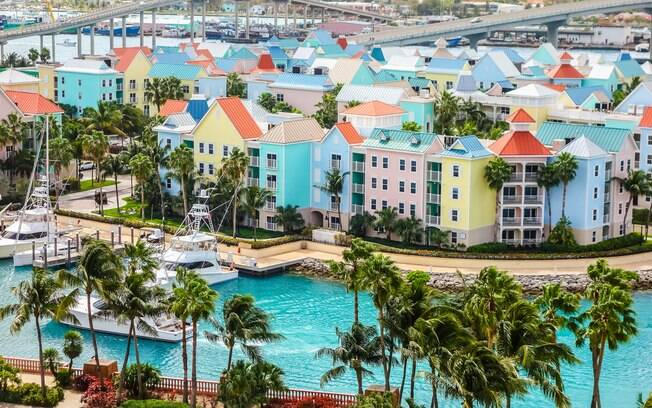 Na lista de países do mundo que não exigem visto de turistas brasileiros, as Bahamas são uma boa opção para quem gosta de praias mais agitadas, mas também para quem gosta de ficar tranquilo na praia bebendo uma água de coco gelada
