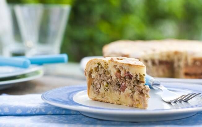 Foto da receita Torta de liquidificador com atum e azeitonas pronta.