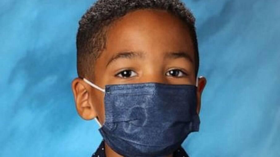 Mason People, obedecendo as orientações da mãe sobre o uso de máscara, não retirou o item de proteção nem mesmo para a foto escolar