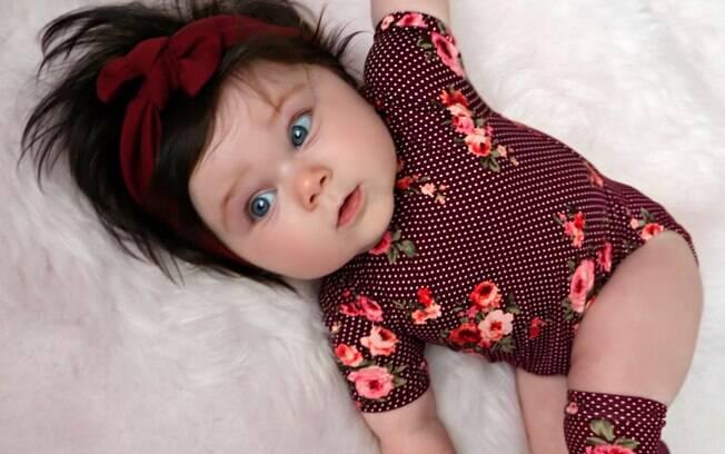 O bebê cabeludo tem tudo para ter fama e já apareceu em campanhas de quatro marcas de produtos infantis