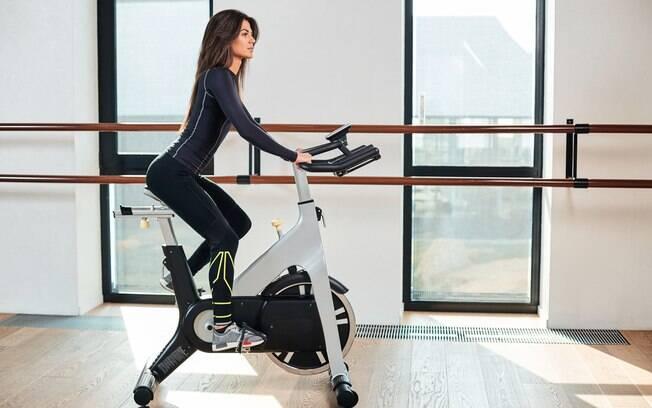 confira dicas para realizar exercícios em casa com a bike