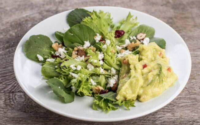 A salada com crocante e maionese de abacate é ótima para o jantar