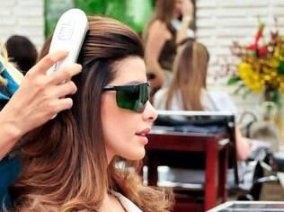 Cliente usa óculos de proteção para recebe o tratamento capilar