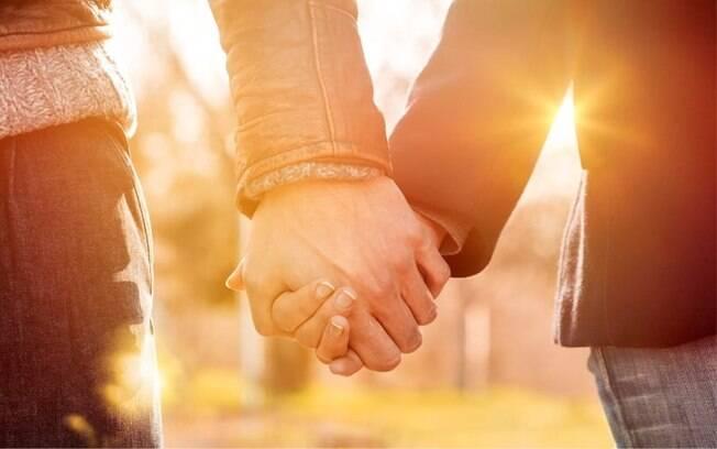 A linguagem corporal é capaz de revelar muito sobre um relacionamento; veja como analisar isso a partir da maneira como se dá as mãos