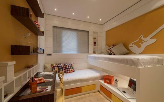 O melhor em quartos pequenos é otimizar o espaço com um bom projeto de marcenaria. Destaque para a posição das camas