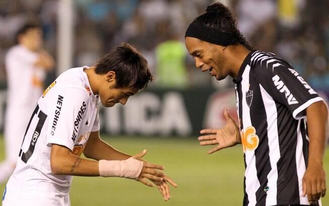 18 de outubro de 2012 - Nos 2 a 2 com o  Atlético-MG pelo Brasileirão, Neymar jogou um dia  após atuar pela seleção brilhou e marcou em seu  200º jogo pelo Santos