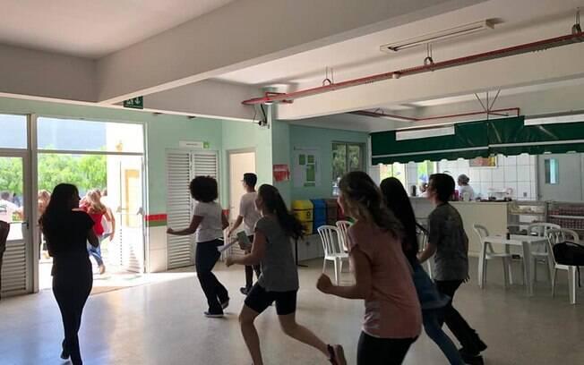 Crianças correndo em escola sem foco no Enem
