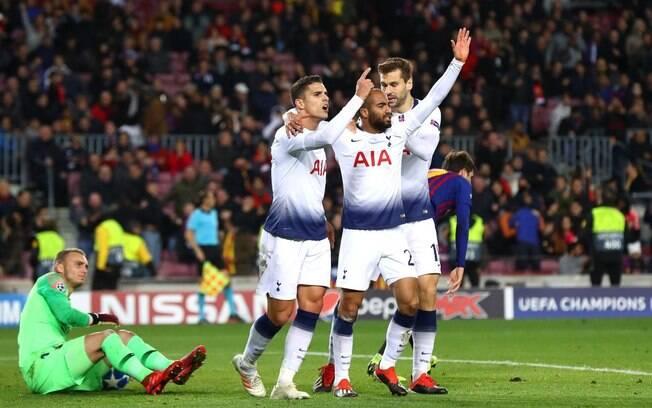 Lucas Moura comemora com seus companheiros o gol do Tottenham diante do Barcelona que garantiu o time inglês nas oitavas de final da Liga dos Campeões