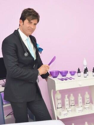 Dr. Rey posa com seus cremes e produtos especializados nos peelings químicos