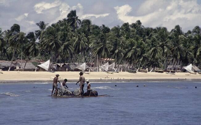 Pescadores na charmosa vila de Japaratinga, a 10 km de Maragogi