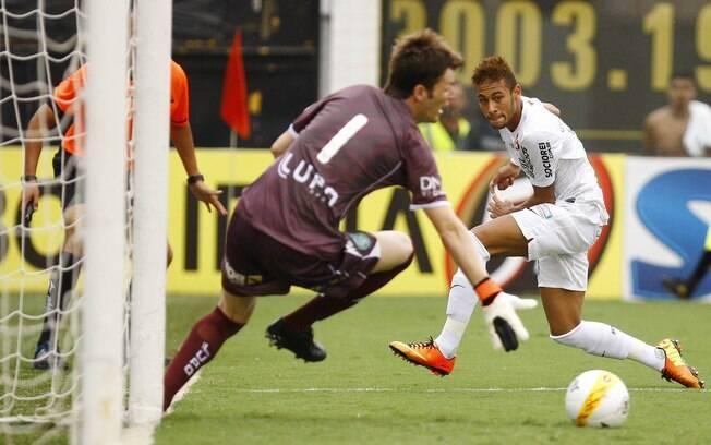 Neymar cruza para o gol de André na vitória  diante do Guarani