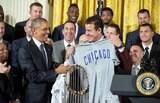Próximo de deixar a presidência, Obama homenageia campeão da MLB