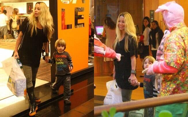 Daniele Winits também foi ao shopping fazer compras com o filho Noah