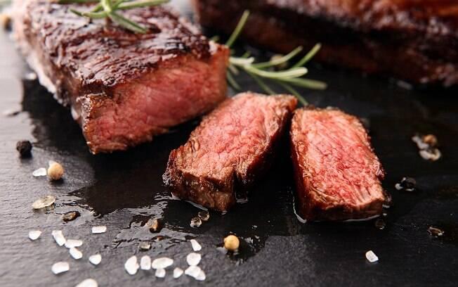 Saquê é capaz de acentuar o sabor da carne vermelha e de massas