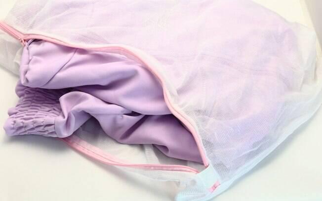 O saco pode ser usado durante a lavagem de peças delicadas, como as íntimas – e esse é o caso das meias
